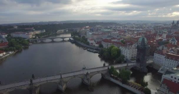 Letecké drone camera sleduje zpětně od Karlova mostu v Praze