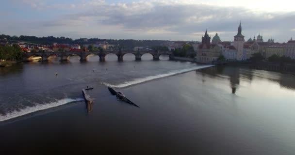Nízké letecký snímek na Karlův most v Praze