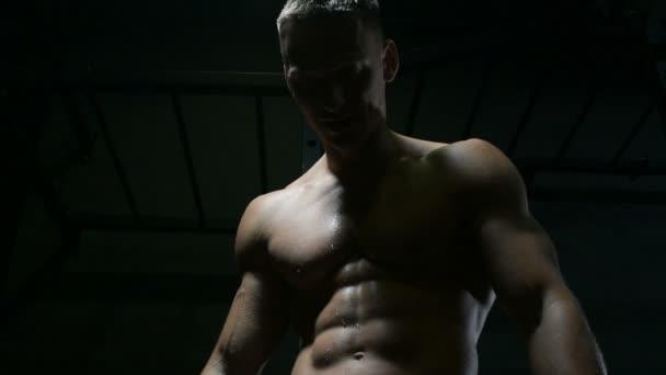 dobře vypadající běloch se potí bez trička při cvičení v tělocvičně s perfektními svaly. Fitness a kulturistika koncepce zdravotní péče