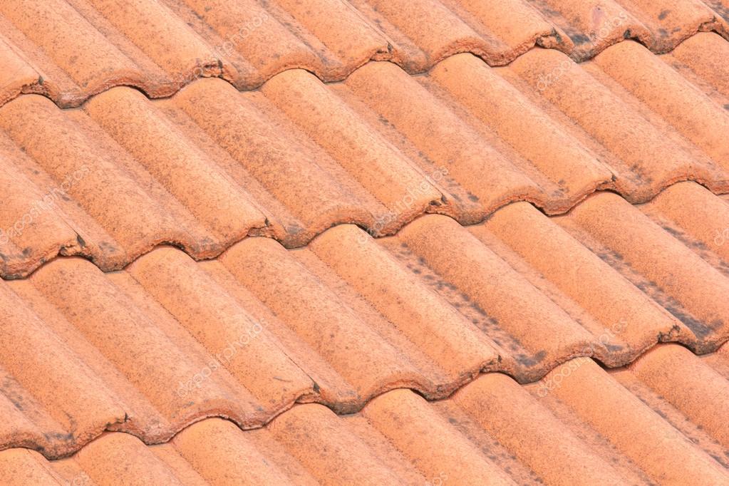 Primo piano del tetto rosso piastrelle con le macchie u foto stock