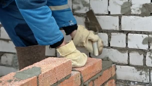 Dělník, kterým cihlová zeď