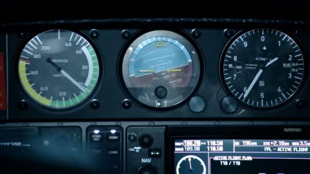 funktionierende Schalttafelinstrumente im Flugzeug