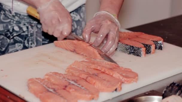 Nahaufnahme der Koch geschnitten frischen roten Fisch