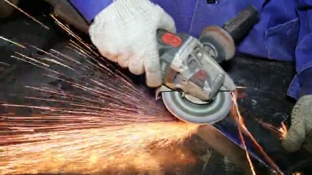 Zblízka zastřelil pracovník s mlýnek mele metall s jiskry