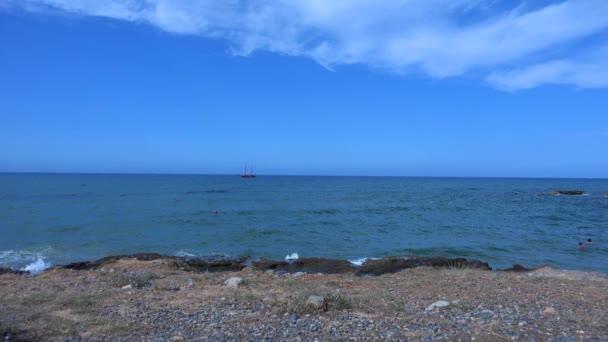 Pirátská loď v moři. 4k