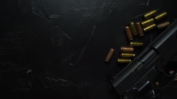 Schusswaffen und Munition auf dunklem Tisch.