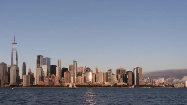 New York City, New York - 11. září 2020: Krása večera nad řekou Hudson s New Yorkem v pozadí a vzpomínkovými světly z 11. září osvětlujícími oblohu.