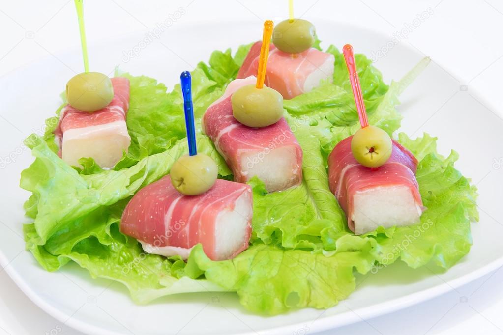 Jambon Avec Un Melon Et Olives Sur Une Plaque Blanche Entree Froide