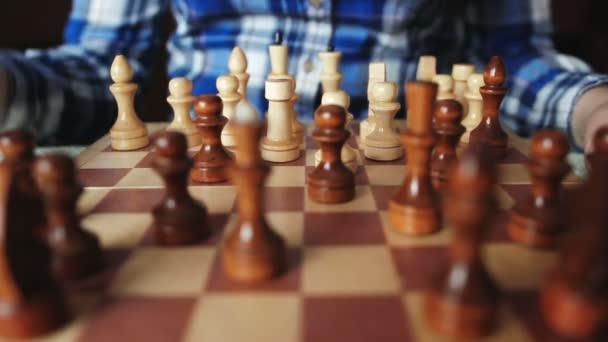 Hezká dívka klepe postava ve hře šachy