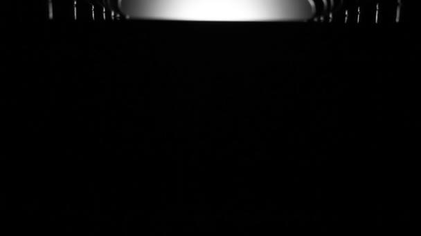 Piezas de tablero de ajedrez y ajedrez en cuarto oscuro — Vídeos de ...