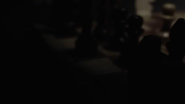 Jaque mate en el juego del ajedrez en cuarto oscuro