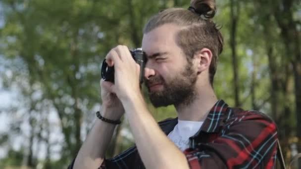 Mann fotografiert mit Filmkamera