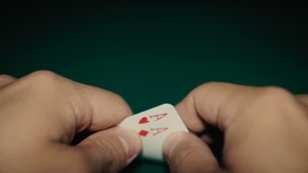 Dvojice aces v ruce na stole. Pocker