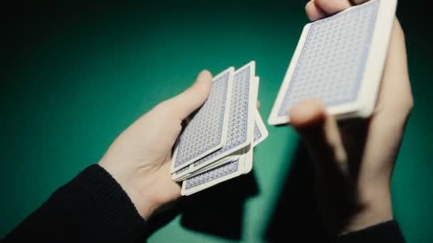 Poker dealer zamíchá karty na stůl