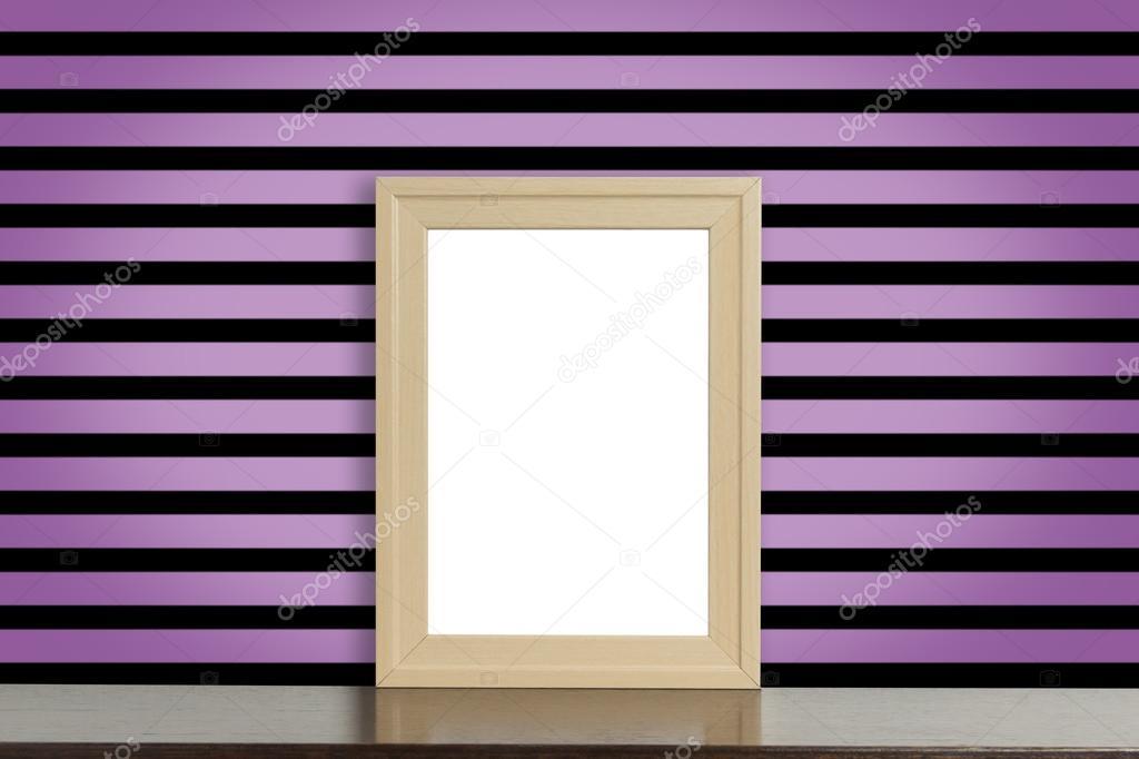Holz Bilderrahmen an Rosa und schwarz Punk-Stil Streifen Wand ...