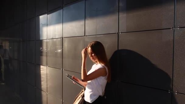 Ženská ruka dotýkat procházení tabletu v obchodním centru