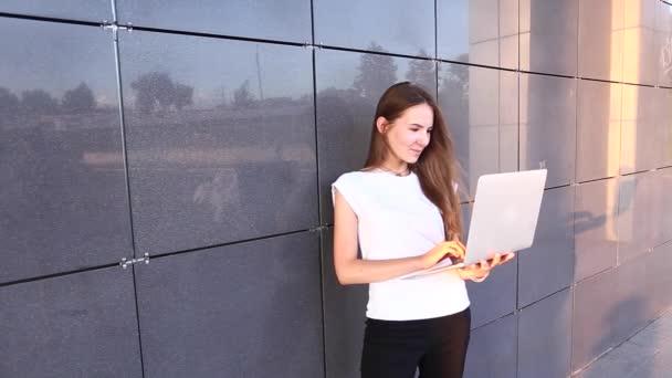 Krásný obchodní Student žena Press klávesnice Laptop na paty