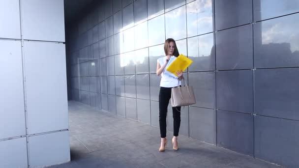 Obchodní žena dívka práce obchodní centrum pohled na dokumenty