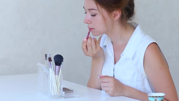 Brush Make up Girls Hand in White Room do Makeup Shadows