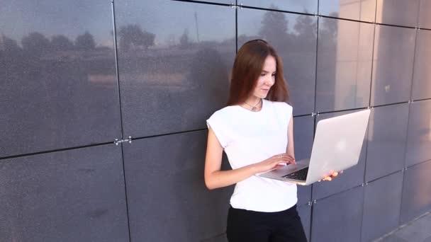 Ruční obchodní žena stiskněte touchpad klávesnice notebooku