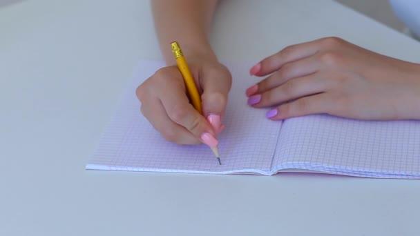 Diák női kéz levél Copybook a fehér szobában oktatási koncepció