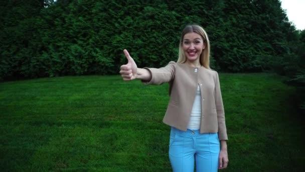Mladé krásné Blond ženy ukazující palec nahoru jako radí prázdné místo
