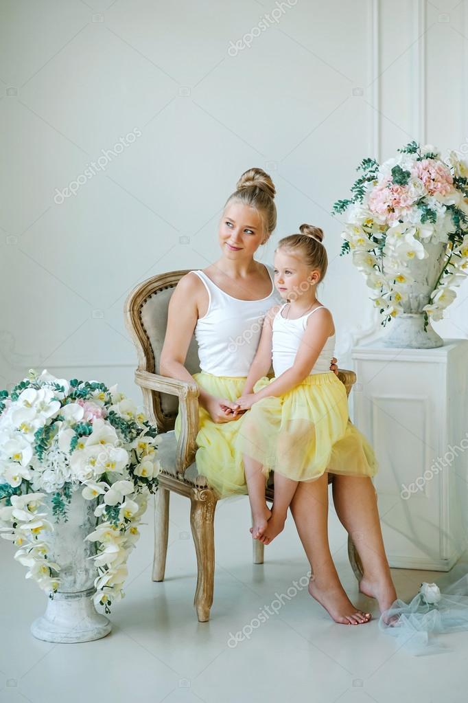 Madre E Hija Entre Flores Foto De Stock Volkovicha 119800760
