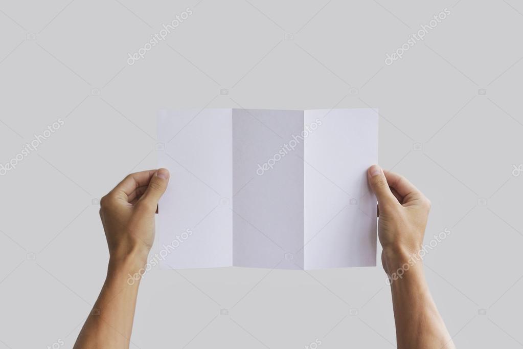 Die Hand leer Broschüre Heft in der Hand hält. Merkblatt ...