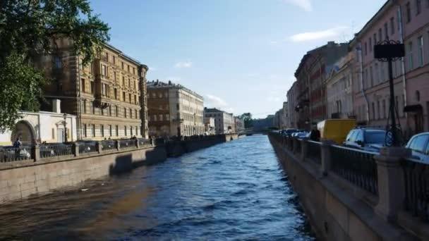 Der Fluss fließt durch die Stadt