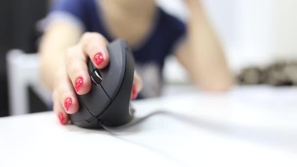 lány keze használ függőleges ergonomikus számítógép egér joystick.