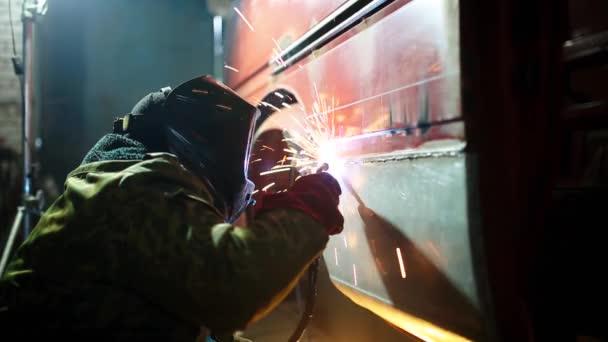 Muž svářeč opravy karoserie svařování v dílně