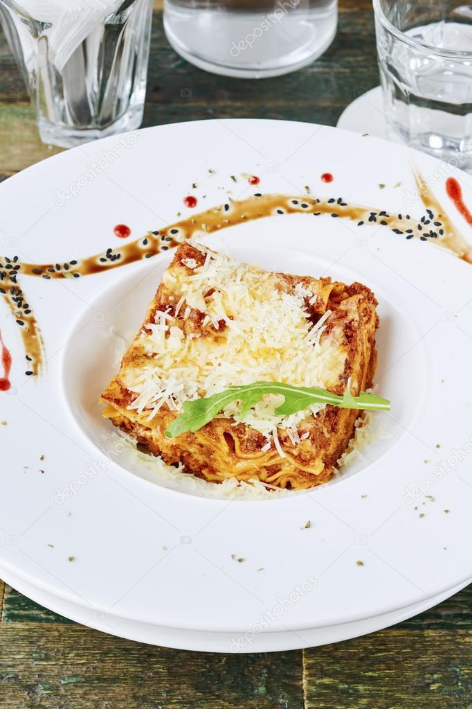 Lasagne Bolognese mit Bolo serviert — Stockfoto © kovenkin #116672186