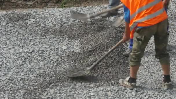 Zaměstnanci s lopatou na stavební práce