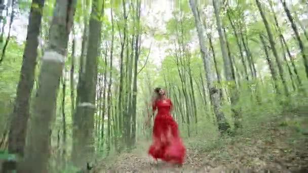 Szép mese lány fut az erdőben