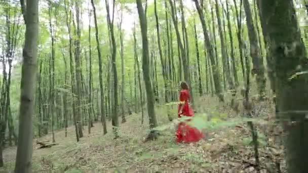 Mesebeli lány sétál az erdőben