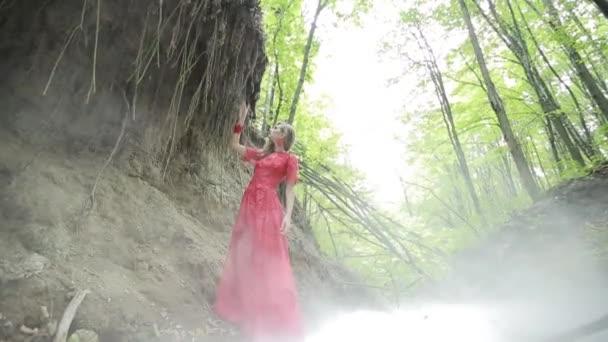 Fiatal nő a misztikus erdőben
