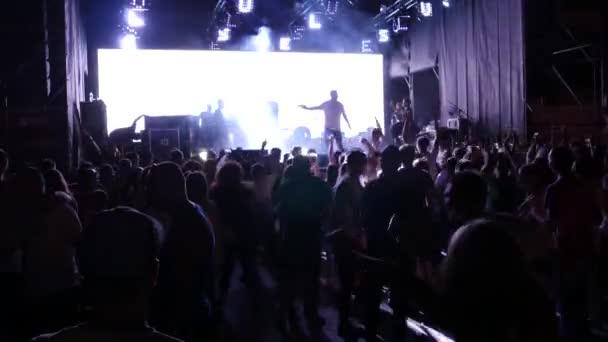 Ujjongó tömeg előtt fényes színpadon