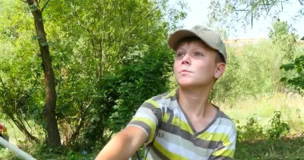 Мальчика рыбалка с спиннинг на реке — Стоковый видеоролик ...