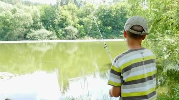 Chlapce rybolov s předení na řece Zpomalený pohyb