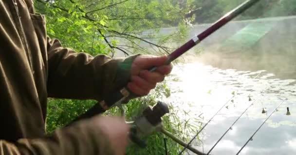 Rybář tahá rybářského vlasce na naviják