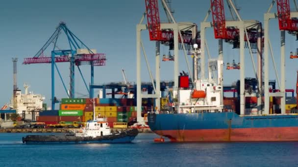 Tažný člun přilétá na pomoc nákladní lodi
