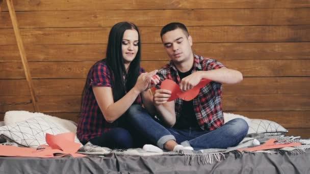 Junges hübsches Paar mit Spaß bei Sweet Home