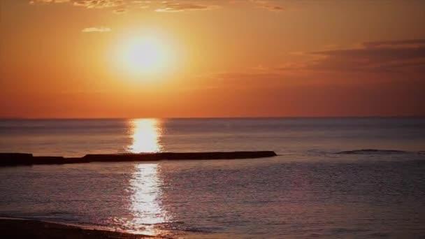 západ slunce na pláži. moře slunce
