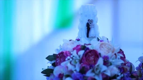 Hochzeit Kerze in Blumen. Kerze mit Figuren.