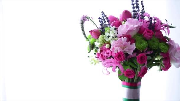 Szép tavaszi csokor rózsaszín és fehér virágokkal