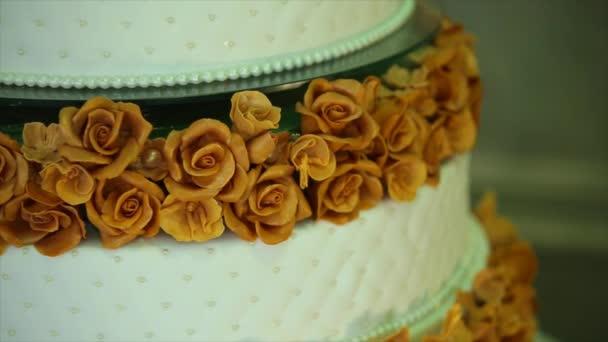 esküvői torta, virágokkal részlete