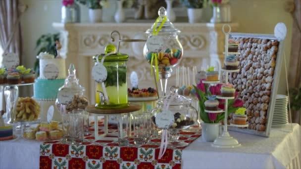 lahodné zdobené čokoládovou tyčinku, sladkosti na tabulkách pro svatební hostinu