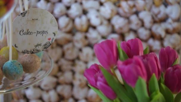 Svatební dort pop a fialové tulipány