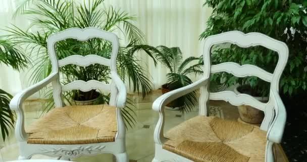 bílé židle a skleněný stůl