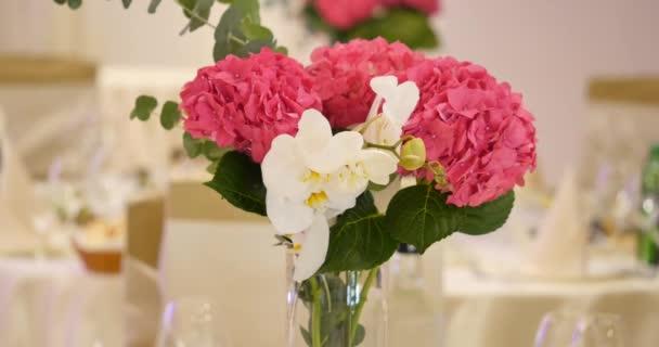 csokor eustoma virágokat, üvegben